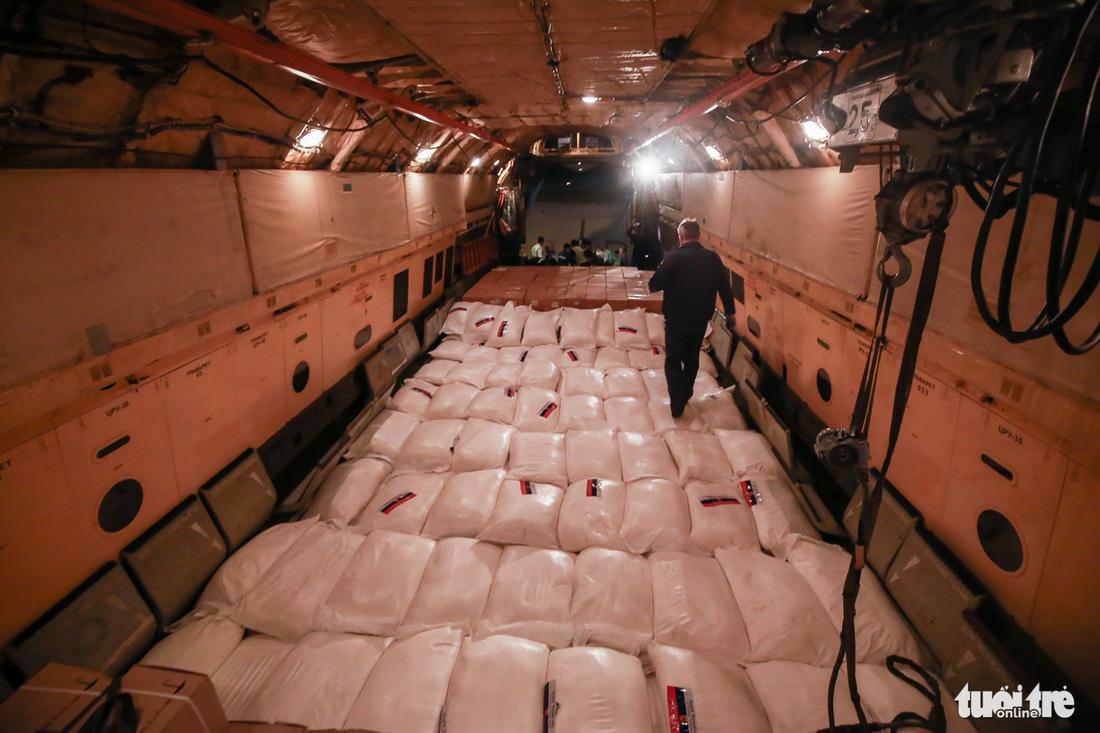 40 tấn hàng cứu trợ của Nga đã đến Cam Ranh - Ảnh 5.