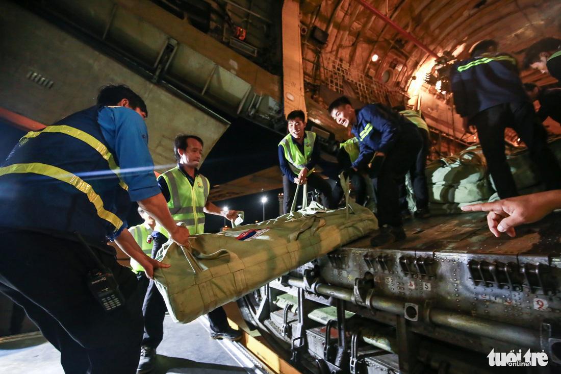 40 tấn hàng cứu trợ của Nga đã đến Cam Ranh - Ảnh 9.