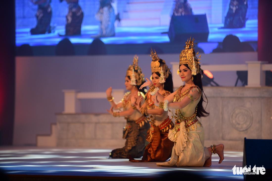 Múa cổ trang rộn rã sân khấu Lễ hội văn hóa thế giới - Ảnh 6.