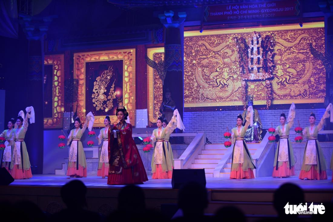 Múa cổ trang rộn rã sân khấu Lễ hội văn hóa thế giới - Ảnh 13.