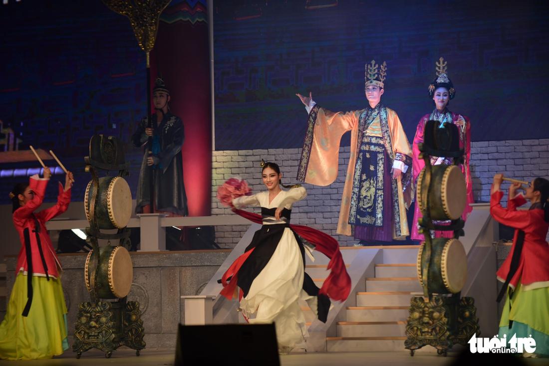 Múa cổ trang rộn rã sân khấu Lễ hội văn hóa thế giới - Ảnh 16.