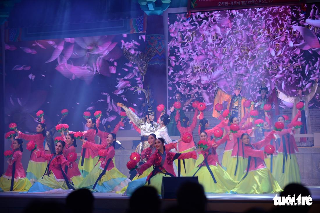 Múa cổ trang rộn rã sân khấu Lễ hội văn hóa thế giới - Ảnh 18.