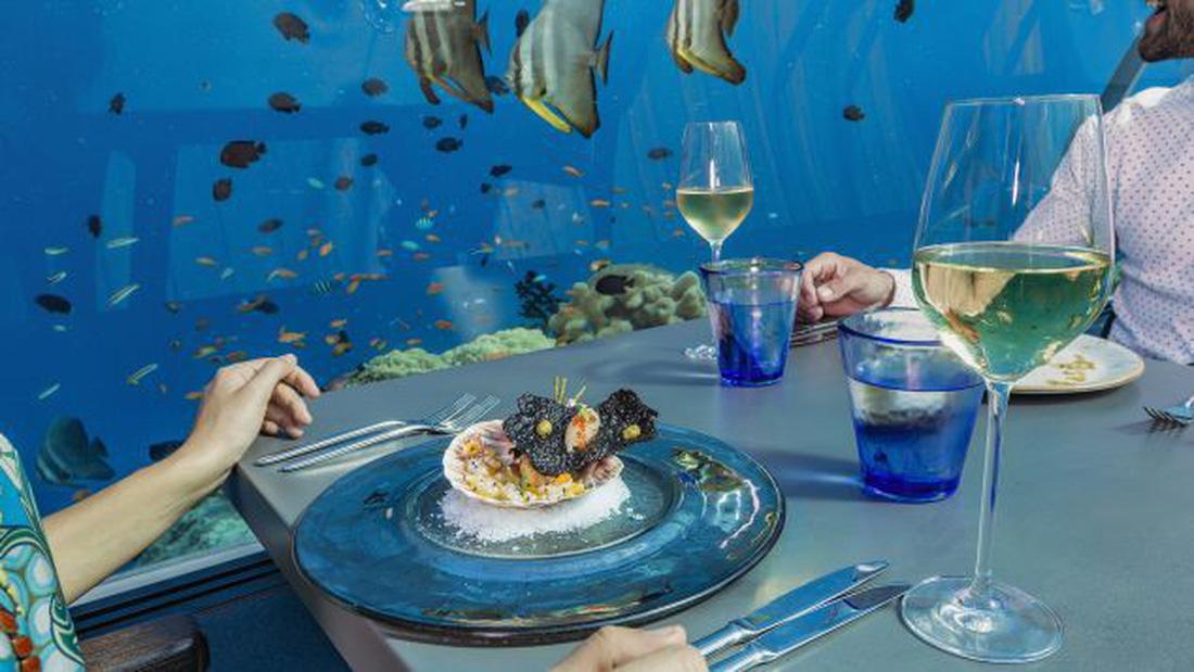Ăn ngon tại nhà hàng dưới nước lớn nhất thế giới - Ảnh 3.