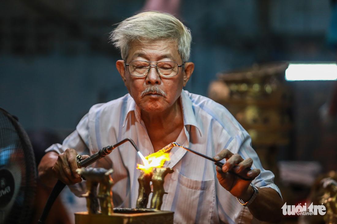 Làng nghề hiếm hoi còn sót lại ở Sài Gòn - Ảnh 13.