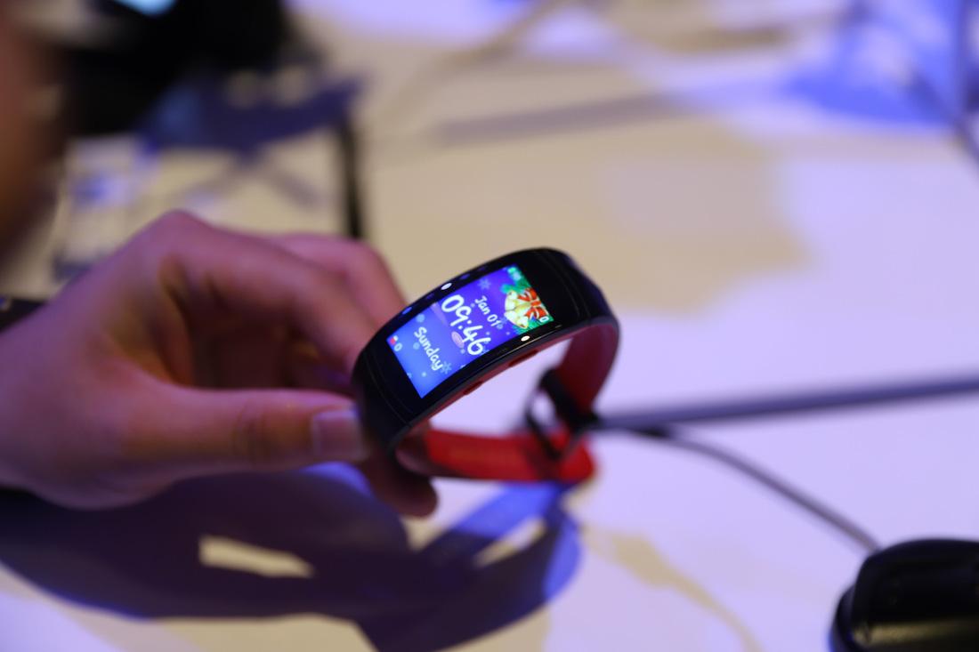 Gear Fit2 Pro: thiết bị đeo hỗ trợ thể thao chuẩn chuyên nghiệp - Ảnh 1.