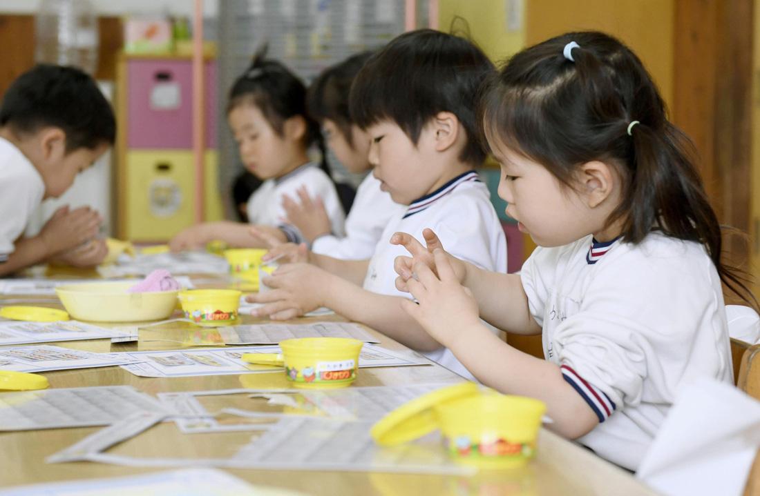 Trẻ mầm non Nhật đi học khác trẻ Việt ra sao? - Ảnh 1.