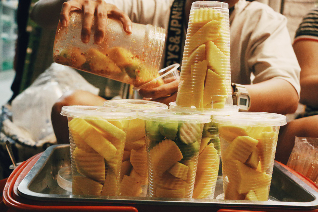 Đến phố đi bộ Nguyễn Huệ mà không thử những món này thì thật tiếc - Ảnh 1.