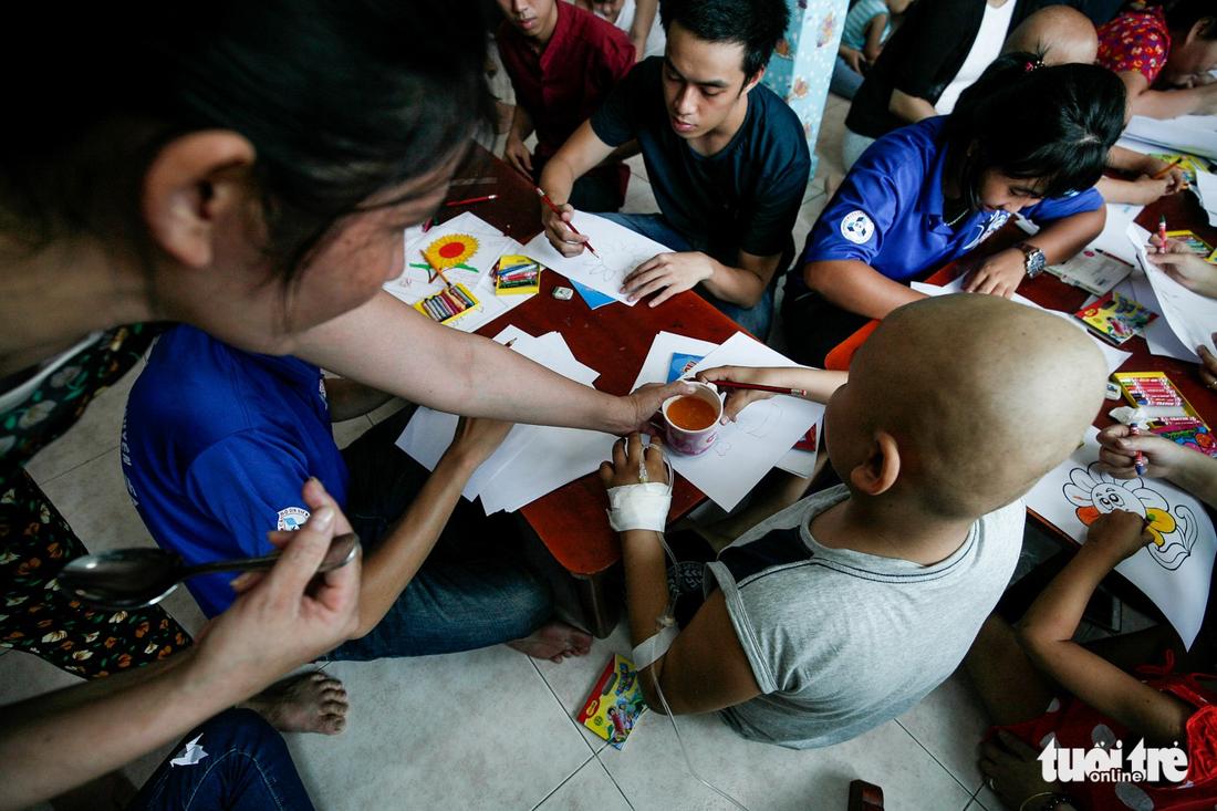 Bệnh nhi ung thư vẽ tranh tham gia Ngày hội Hoa hướng dương - Ảnh 11.