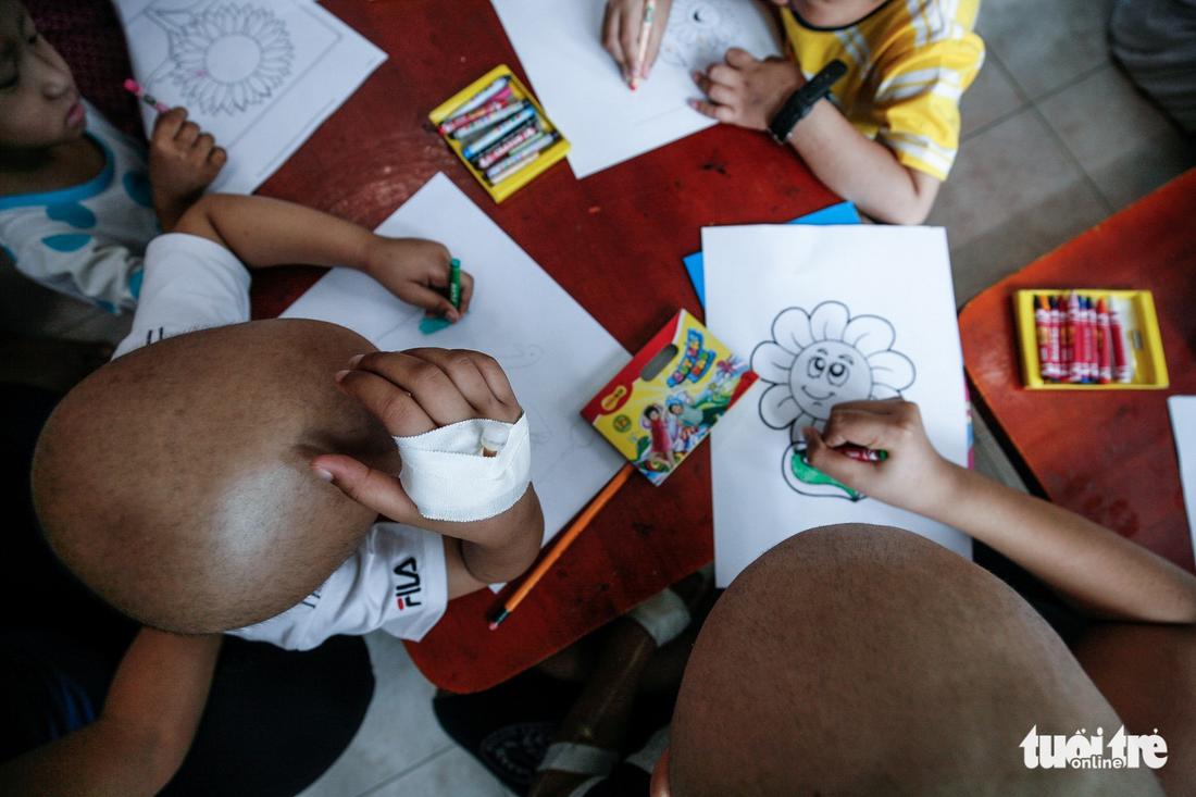 Bệnh nhi ung thư vẽ tranh tham gia Ngày hội Hoa hướng dương - Ảnh 9.