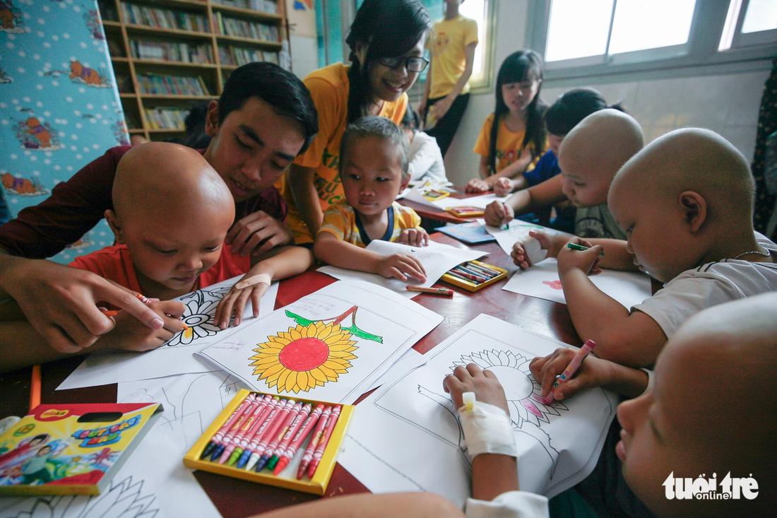Bệnh nhi ung thư vẽ tranh tham gia Ngày hội Hoa hướng dương - Ảnh 14.