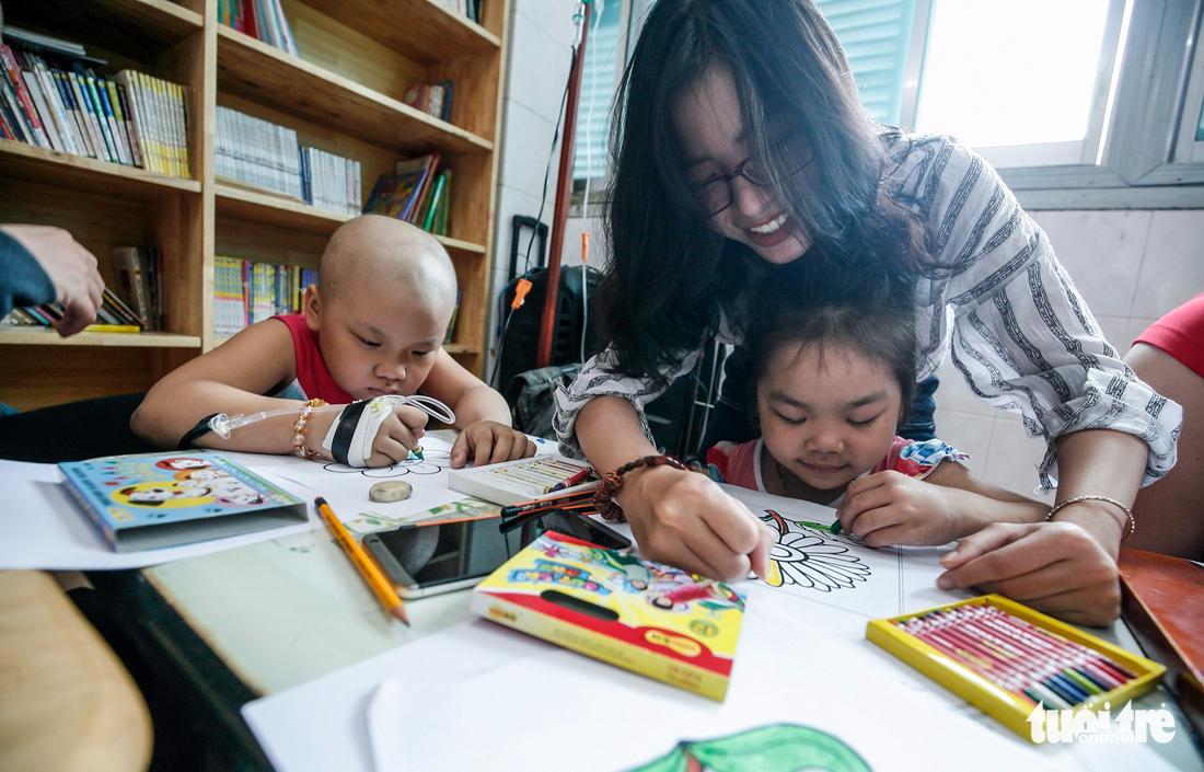 Bệnh nhi ung thư vẽ tranh tham gia Ngày hội Hoa hướng dương - Ảnh 7.