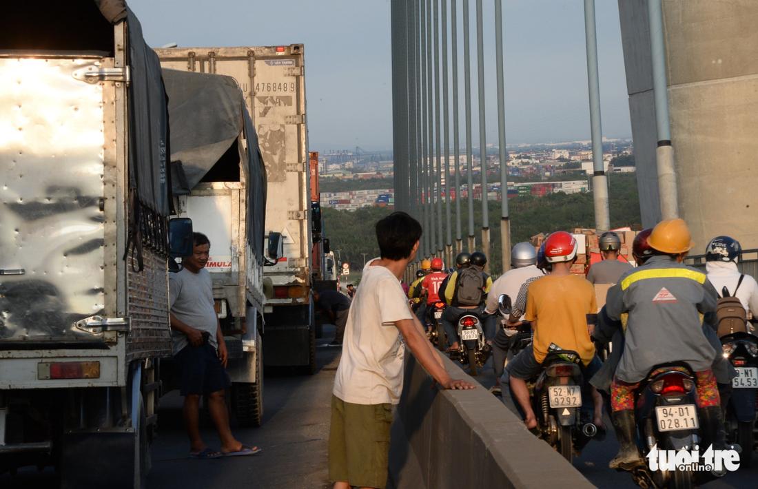 Ùn tắc trên cầu Phú Mỹ từ sáng đến tận khuya - Ảnh 5.