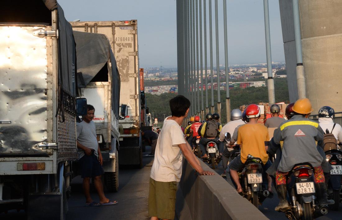 Xe ùn tắc ngay cầu Phú Mỹ từ sáng đến tận khuya  - Ảnh 11.