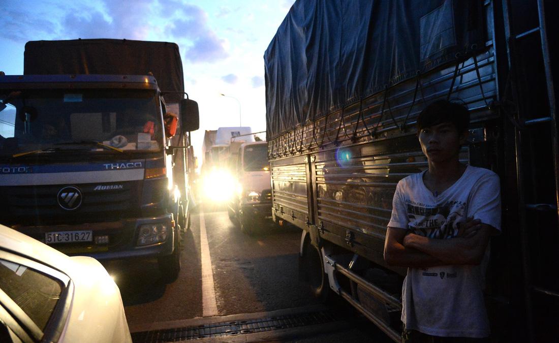 Xe ùn tắc ngay cầu Phú Mỹ từ sáng đến tận khuya  - Ảnh 5.