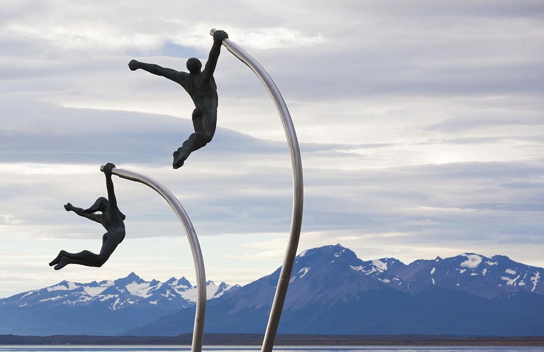 Những bức điêu khắc lơ lửng độc đáo trên thế giới - Ảnh 6.