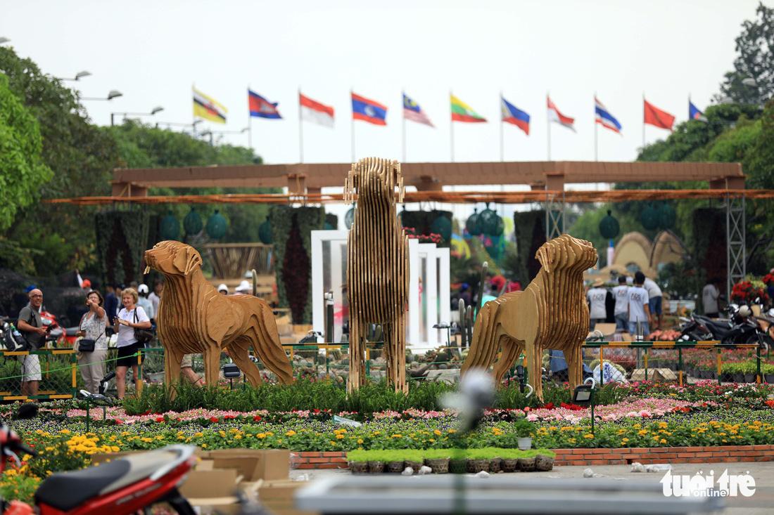Chó Phú Quốc nổi bật ở đường hoa Nguyễn Huệ - Ảnh 4.