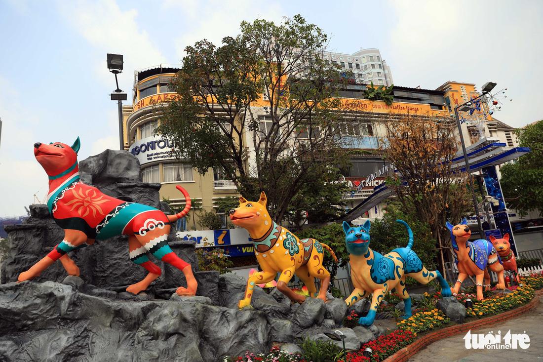 Chó Phú Quốc nổi bật ở đường hoa Nguyễn Huệ - Ảnh 2.