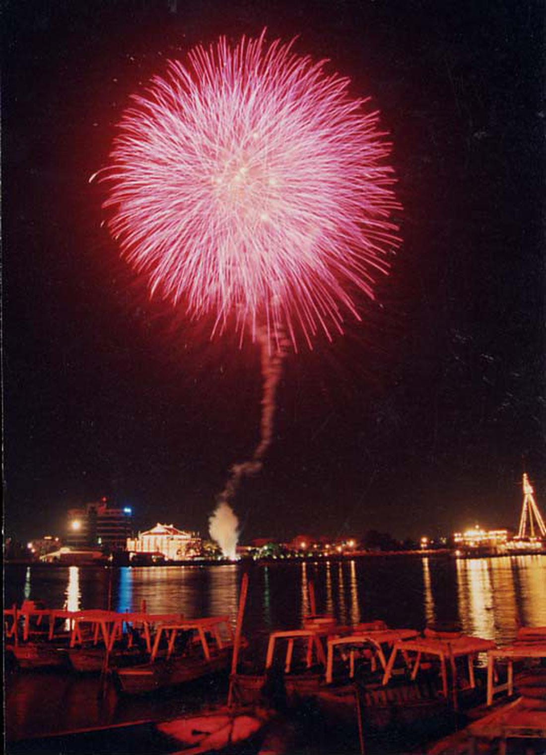 Bạn còn nhớ về pháo hoa ở Sài Gòn 20 năm qua? - Ảnh 2.