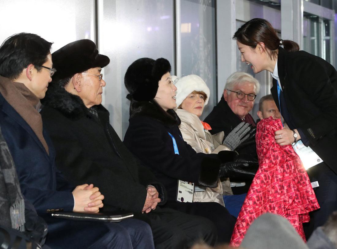 Em gái ông Kim Jong Un được chờ đón hơn sao điện ảnh - Ảnh 4.