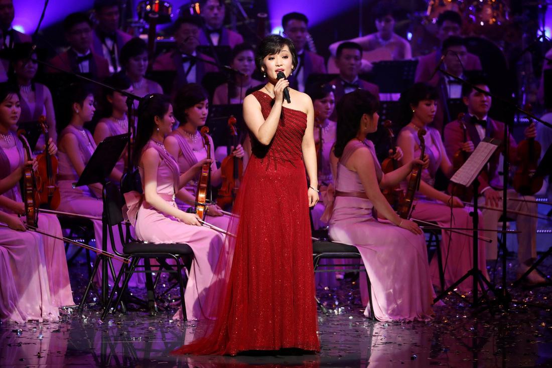 Em gái ông Kim Jong Un được chờ đón hơn sao điện ảnh - Ảnh 15.