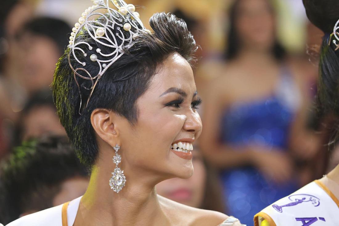 Ngắm nhan sắc tân hoa hậu HHen Niê qua các vòng thi - Ảnh 2.