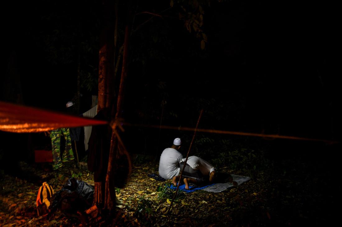 Săn mật ong trên những ngọn cây chọc trời ở Malaysia - Ảnh 11.