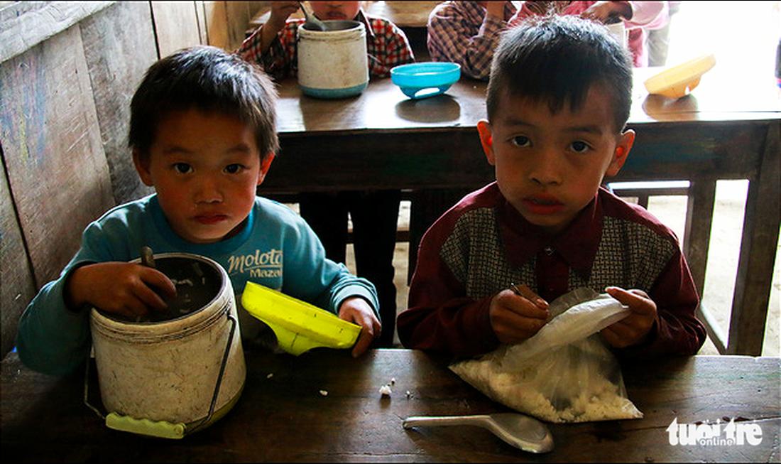 Nhói lòng bữa cơm của trẻ em điểm trường Chí Thì - Ảnh 8.