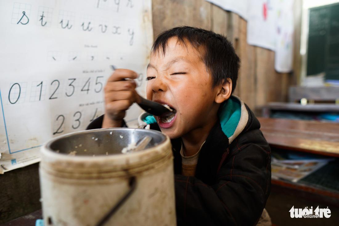 Nhói lòng bữa cơm của trẻ em điểm trường Chí Thì - Ảnh 9.
