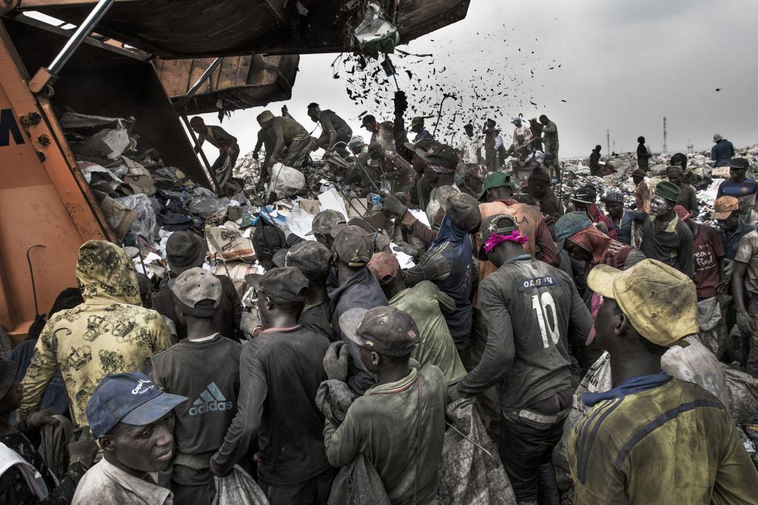 Đường đi của rác qua phóng sự ảnh đoạt giải World Press Photo 2018 - Ảnh 1.
