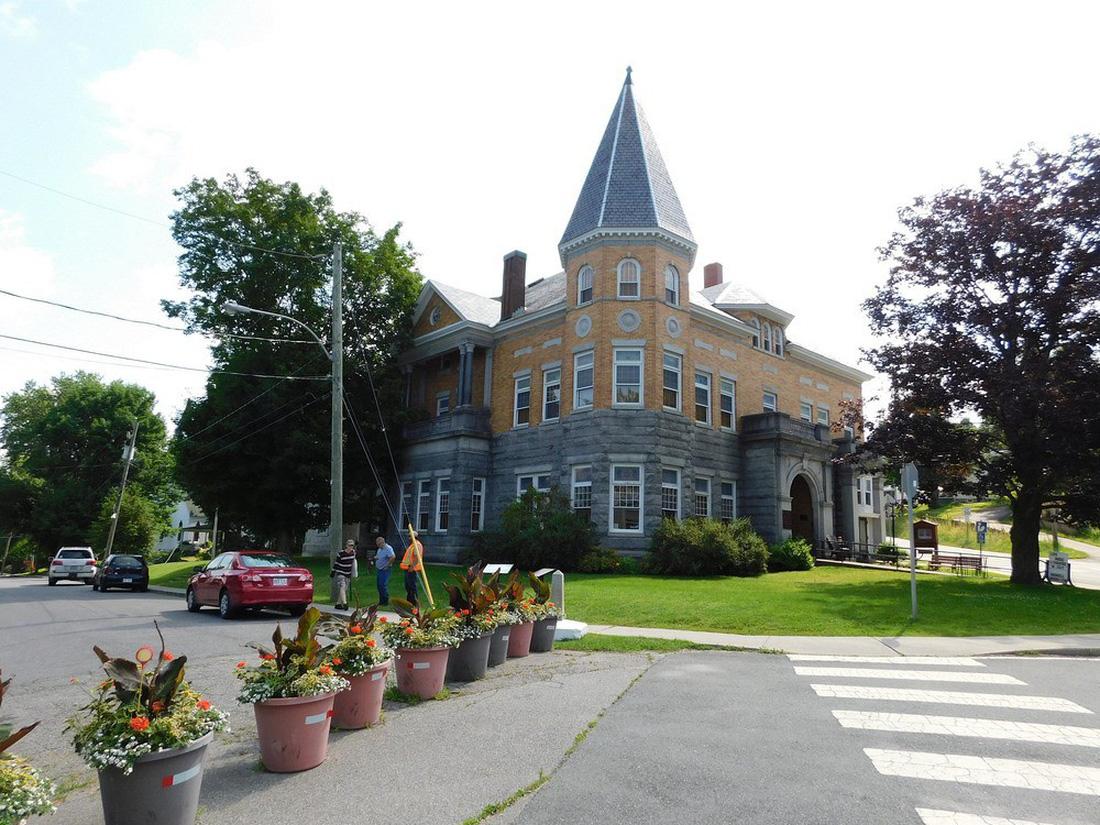 Thư viện và nhà hát kịch nằm giữa Mỹ và Canada - Ảnh 2.