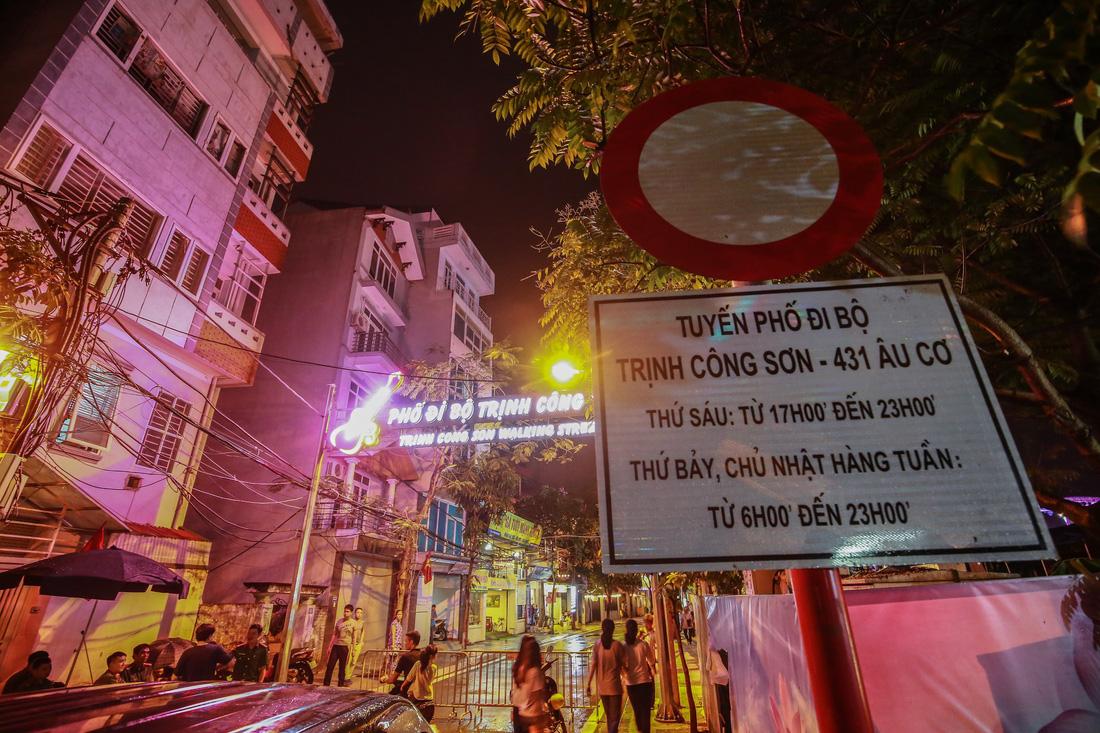 Người Hà Nội đội mưa dự khai trương phố đi bộ Trịnh Công Sơn - Ảnh 1.
