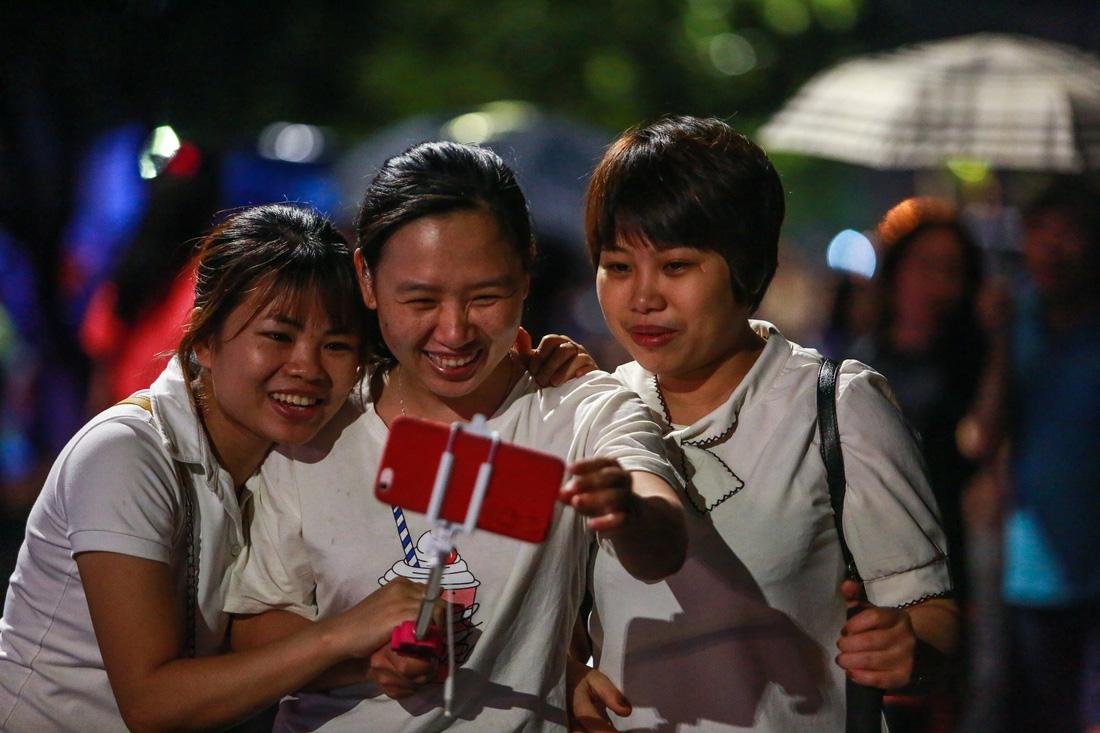 Người Hà Nội đội mưa dự khai trương phố đi bộ Trịnh Công Sơn - Ảnh 12.