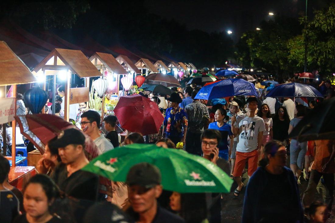 Người Hà Nội đội mưa dự khai trương phố đi bộ Trịnh Công Sơn - Ảnh 9.