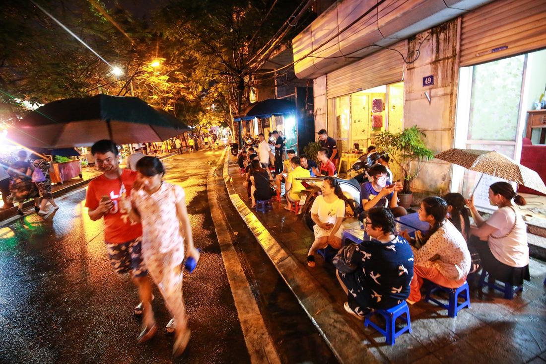 Người Hà Nội đội mưa dự khai trương phố đi bộ Trịnh Công Sơn - Ảnh 8.