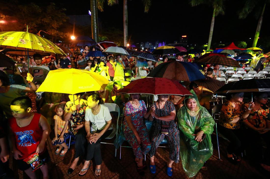Người Hà Nội đội mưa dự khai trương phố đi bộ Trịnh Công Sơn - Ảnh 3.