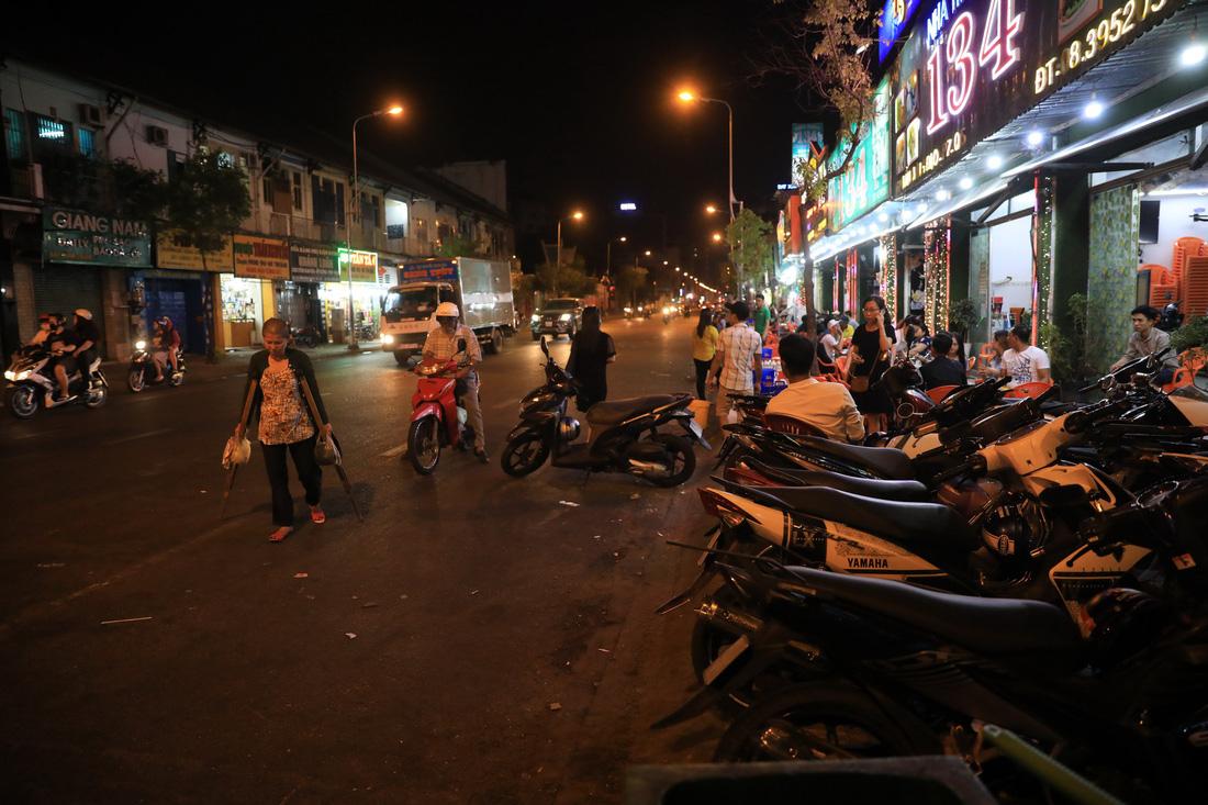 Vỉa hè Sài Gòn lại bị chiếm trọn làm quán nhậu, bãi xe - Ảnh 2.