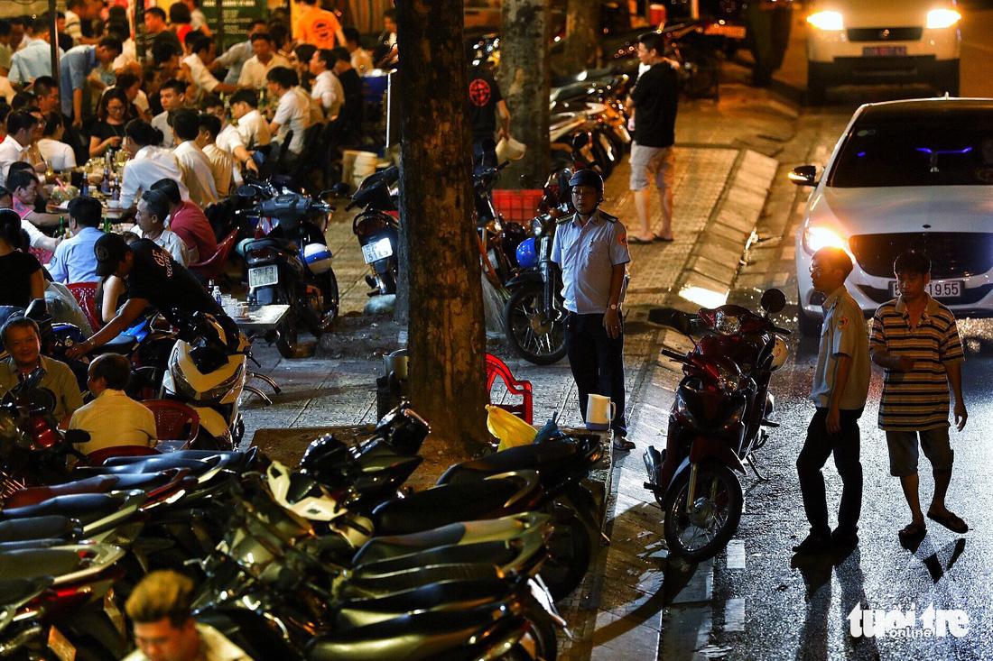 Vỉa hè Sài Gòn lại bị chiếm trọn làm quán nhậu, bãi xe - Ảnh 14.
