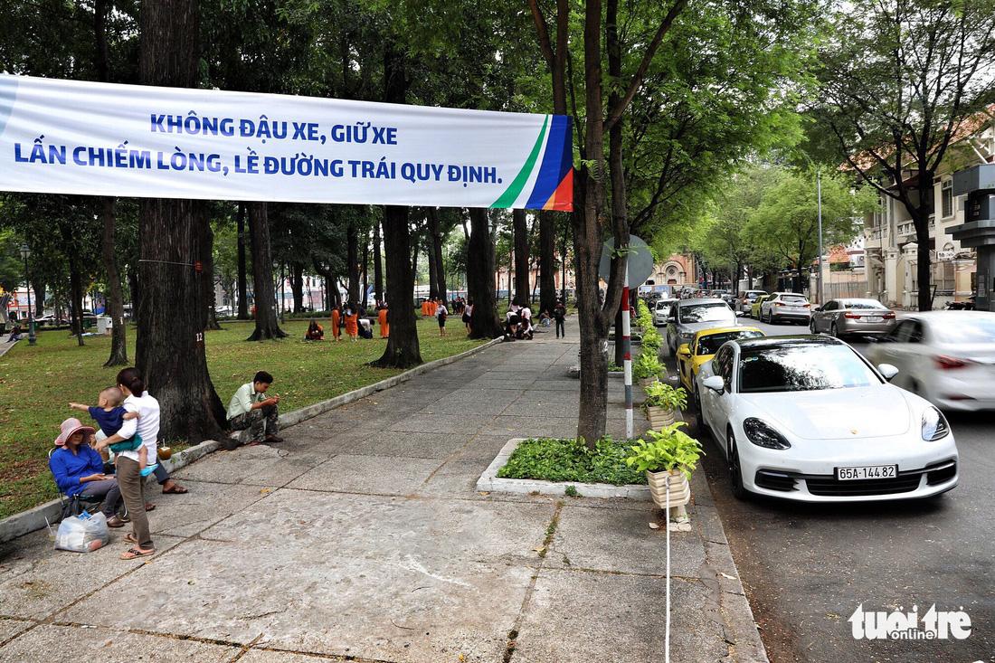 Vỉa hè Sài Gòn lại bị chiếm trọn làm quán nhậu, bãi xe - Ảnh 18.