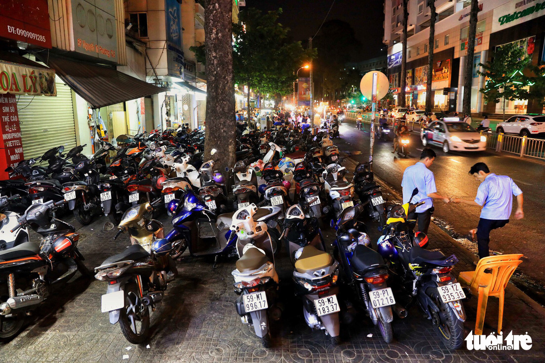 Vỉa hè Sài Gòn lại bị chiếm trọn làm quán nhậu, bãi xe - Ảnh 6.