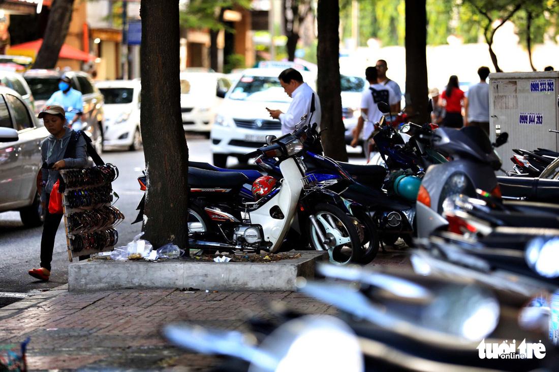 Vỉa hè Sài Gòn lại bị chiếm trọn làm quán nhậu, bãi xe - Ảnh 8.