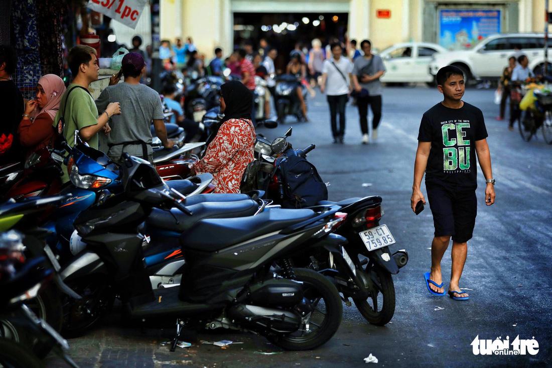 Vỉa hè Sài Gòn lại bị chiếm trọn làm quán nhậu, bãi xe - Ảnh 10.