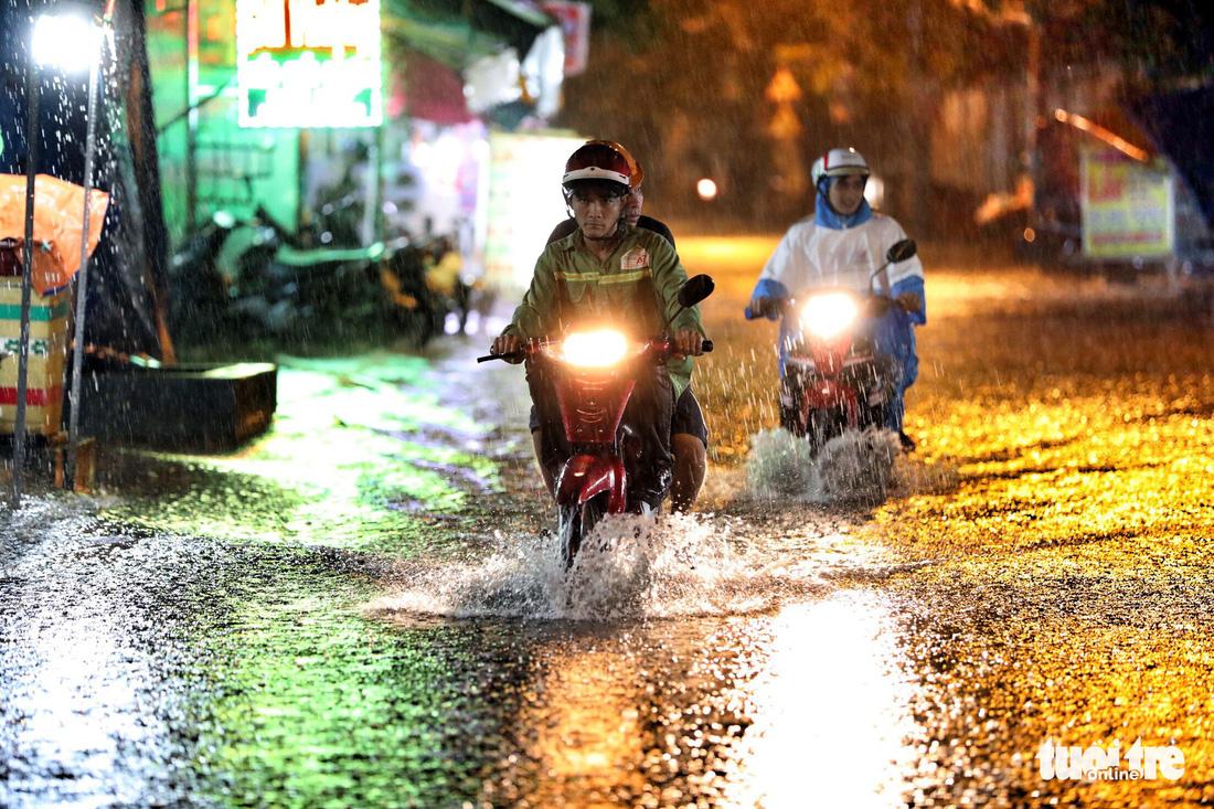 TP.HCM ngập nặng, người dân bì bõm dắt xe về lúc nửa đêm - Ảnh 2.