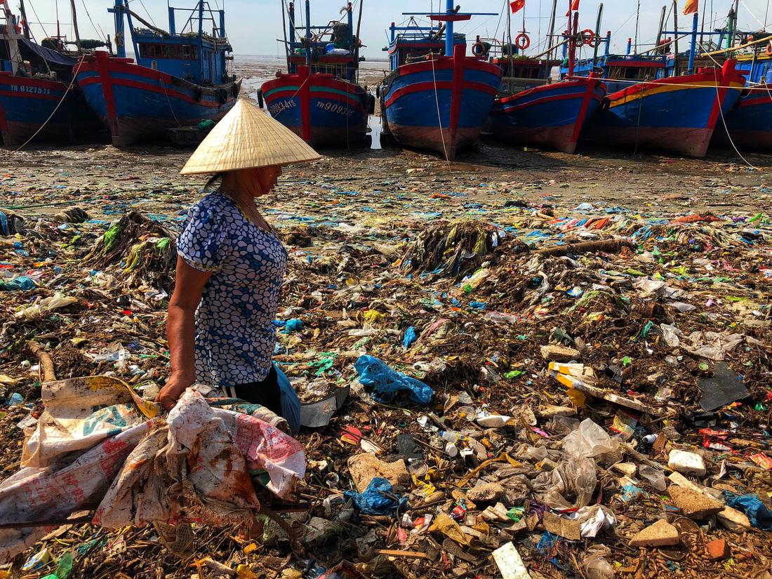 Kinh hoàng biển… rác ở Hậu Lộc, Thanh Hóa - Ảnh 1.