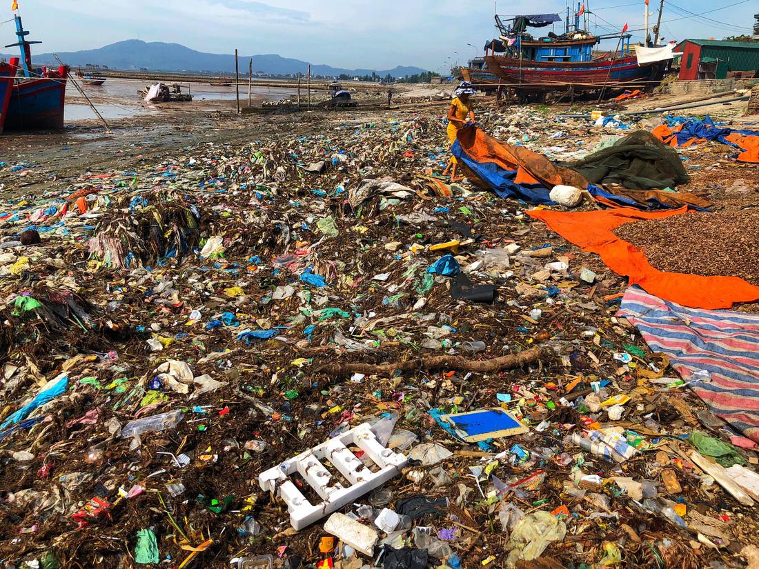 Kinh hoàng biển… rác ở Hậu Lộc, Thanh Hóa - Ảnh 3.