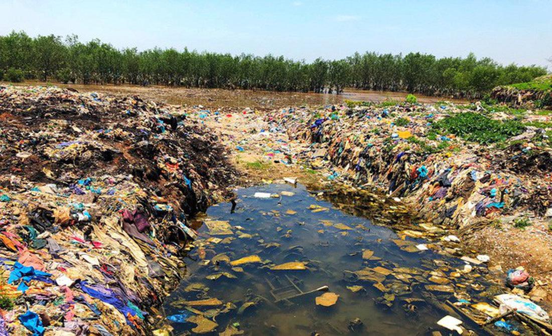 Kinh hoàng biển… rác ở Hậu Lộc, Thanh Hóa - Ảnh 10.