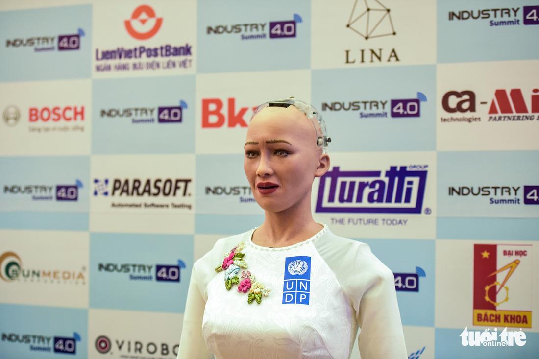 Cận cảnh robot Sophia mặc áo dài trò chuyện ở Việt Nam - Ảnh 4.