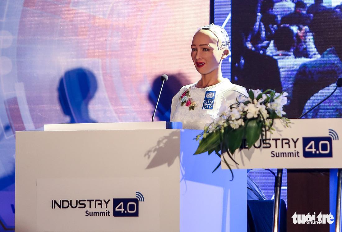 Cận cảnh robot Sophia mặc áo dài trò chuyện ở Việt Nam - Ảnh 2.