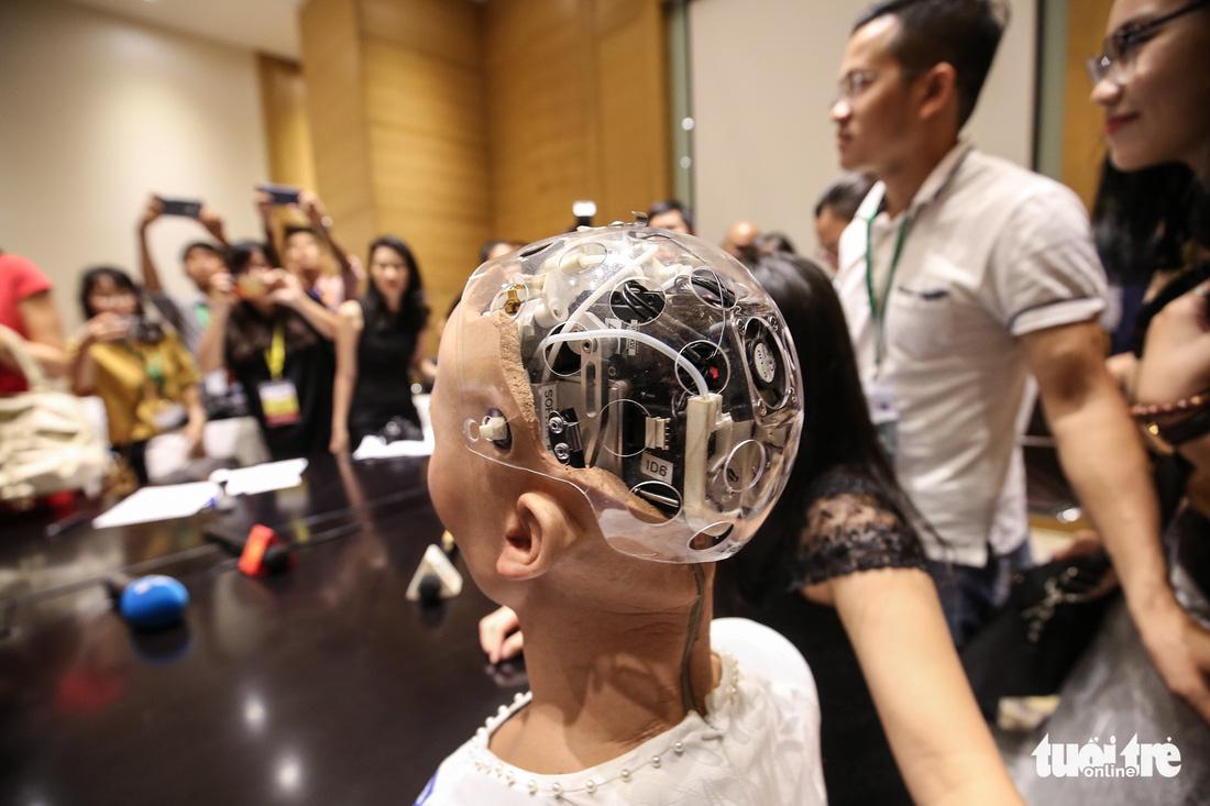 Cận cảnh robot Sophia mặc áo dài trò chuyện ở Việt Nam - Ảnh 10.