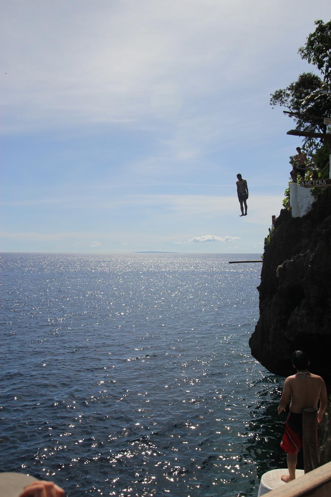Nhảy xuống biển từ vách đá tại đảo thiên đường Philippines - Ảnh 8.
