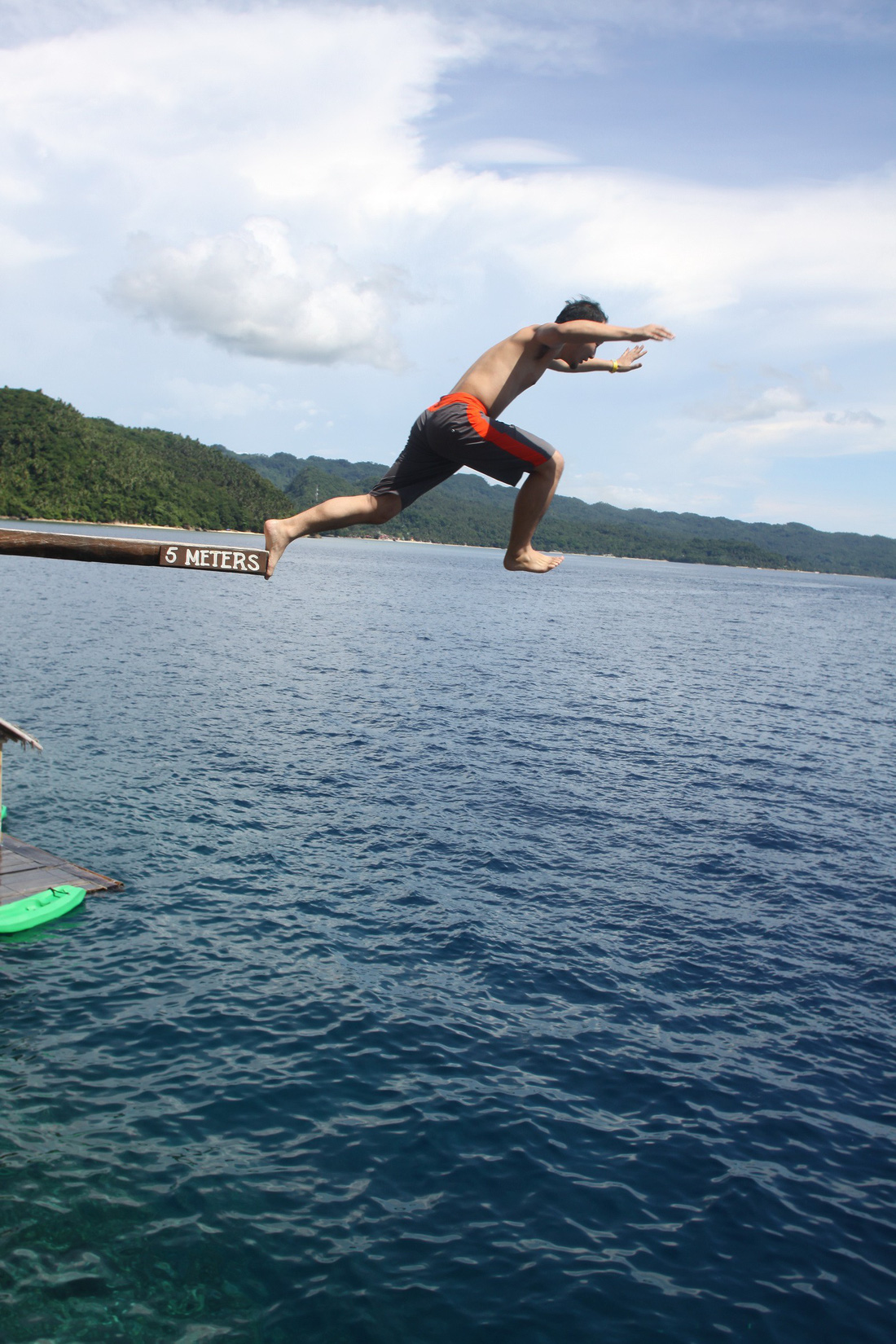 Nhảy xuống biển từ vách đá tại đảo thiên đường Philippines - Ảnh 6.